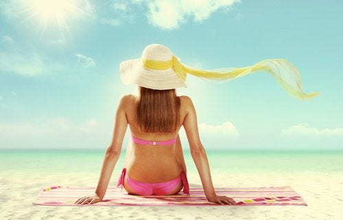 sol_mulher_se_bronzeando_praia