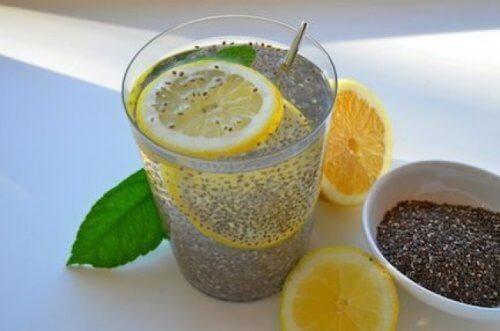 Suco de sementes de chia com limão para emagrecer