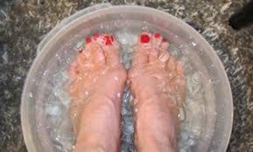 Água fria com gelo para os pés