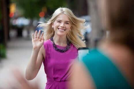 Mulher cumprimentando outra em sinal de positividade