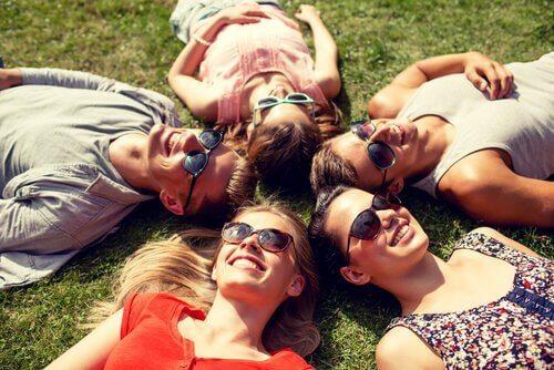 Amigos deitados na grama