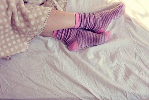 Mulher com meias coloridas