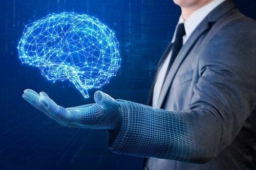 Homem segurando cérebro virtual