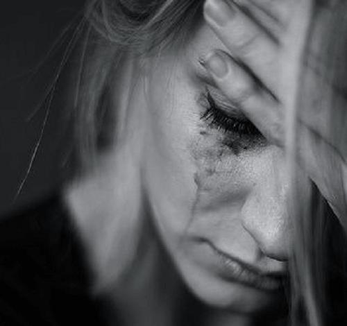 Moça chorando apenada
