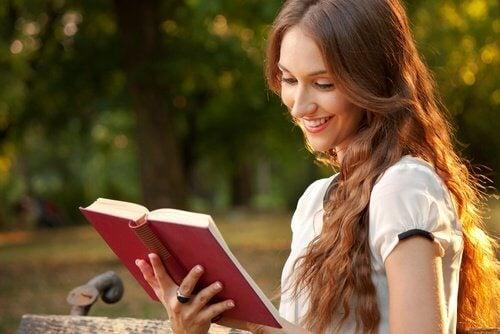 Mulher lendo livro de relacionamentos