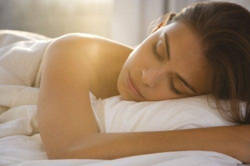 Mulher dormindo com a ajuda de unguento natural