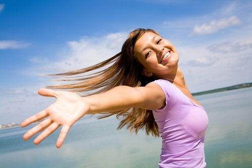 endorfinas_mulher_feliz_bracos_abertos