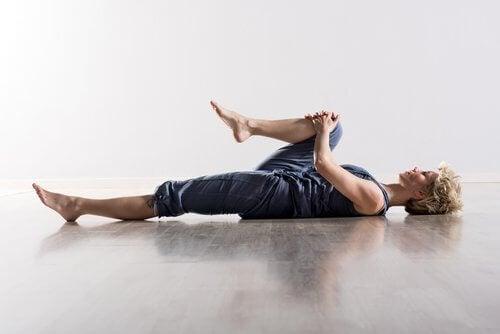 Mulher fazendo exercício para aliviar as dores nas costas