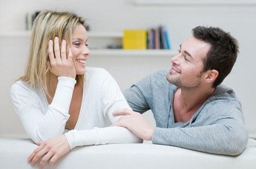 Homem conversando com mulher forte