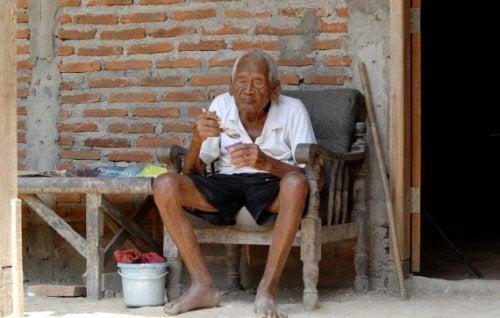 A incrível história de Mbah Gotho, o homem que diz ter 145 anos