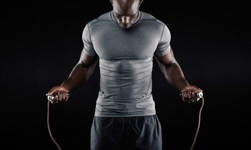 Homem segurando corda