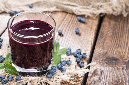 Suco de mirtilo para tratar a inflamação das gengivas