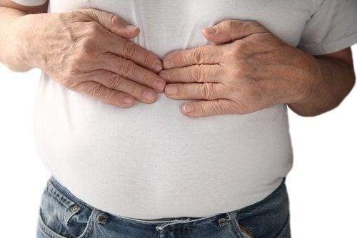 Homem com acidez estomacal