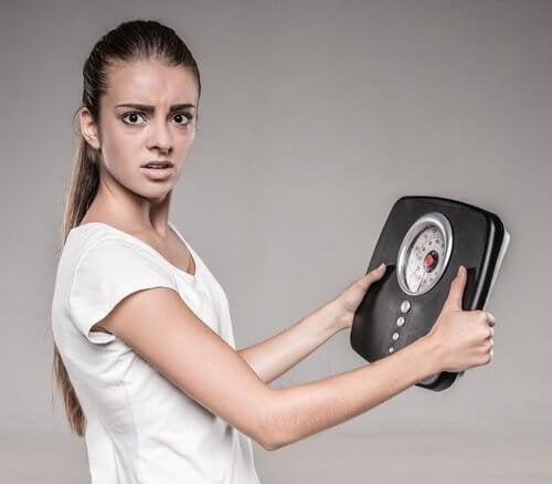 Mulher com problemas de peso causadas pela tireoide