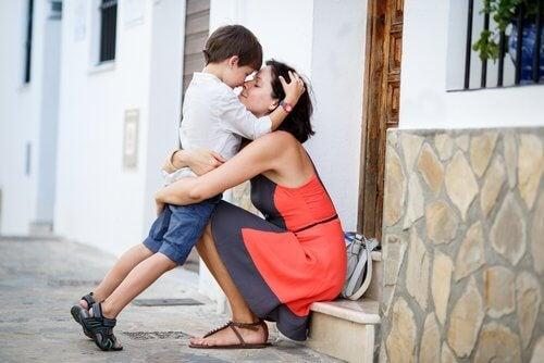 Mãe abraçando seu filho pequeno