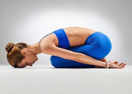 A Balasana é um dos exercícios para melhorar a digestão