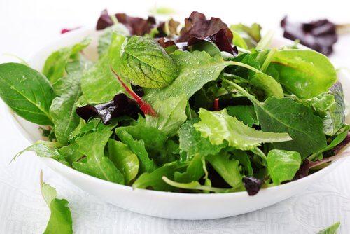 A salada alivia a acidez estomacal