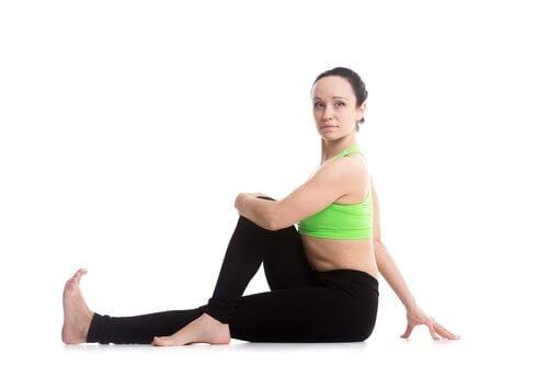 Mulher fazendo exercícios para melhorar a digestão