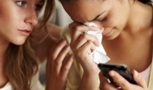 amiga_consola_mulher_chorando_celular