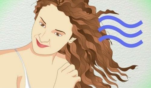 5 métodos caseiros para cachear os cabelos sem maltratá-los