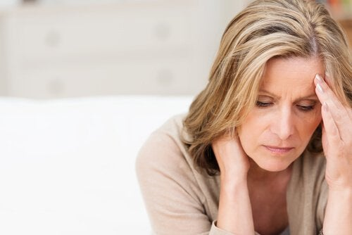 Mulher com cansaço por causa do hipotireoidismo