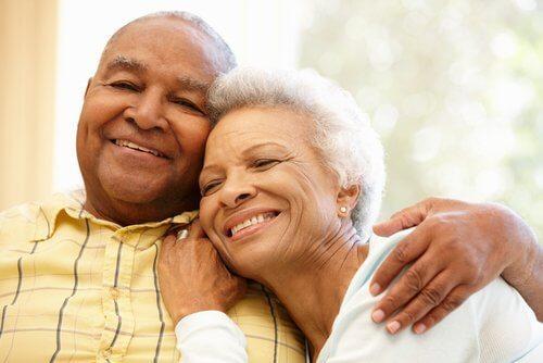 Casal de idosos lutando contra a solidão