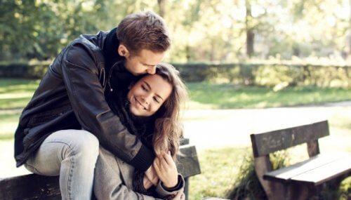 Dar abraços é um dos hábitos de casais satisfeitos