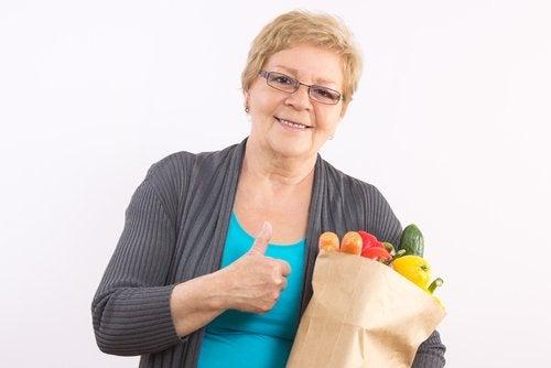 Mulher comprando frutas para sua dieta