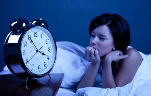 mulher-com-dificuldade-para-dormir