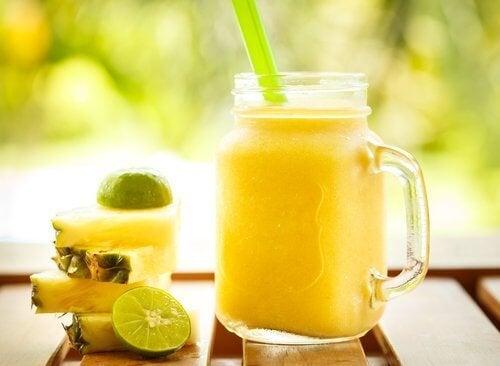 Suco de maçã, abacaxi e pera para combater a prisão de ventre