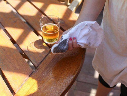 Limpeza de mesa com cerveja