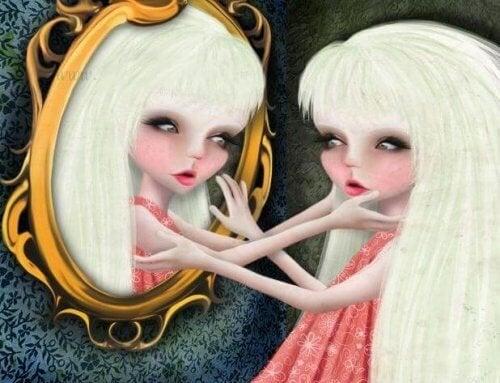 mulher narcisista olhando no espelho