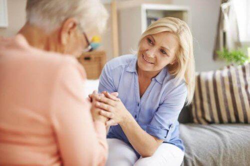 mulher_apoiando_idosa_ouvir_empatia