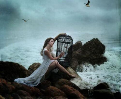 mulher_mar_gaiola_passarinhos