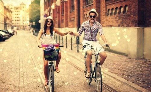 Casal andando de bicicleta para manter seu relacionamento