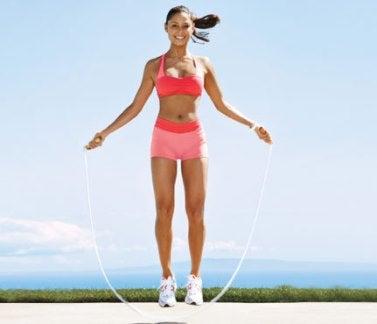 Moça pulando corda