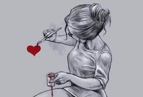 mulher-pintando-coracao