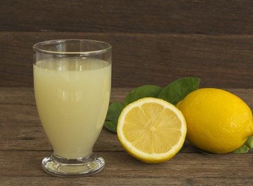 Água com suco de limão