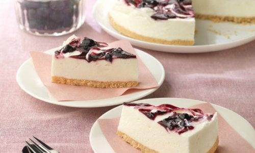 Torta de iogurte com geleia de mirtilo