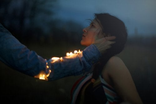Mulhersendo acariciada por braço com fogo