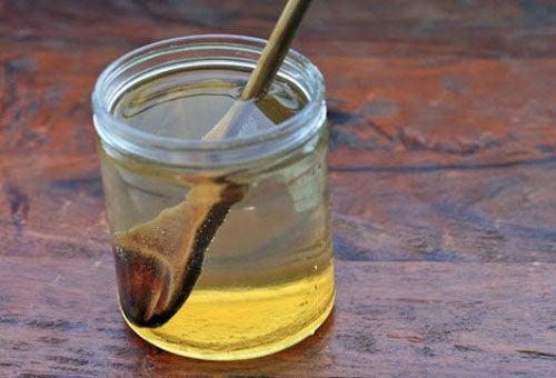 Bebida de mel e vinagre de maçã para combater as câimbras