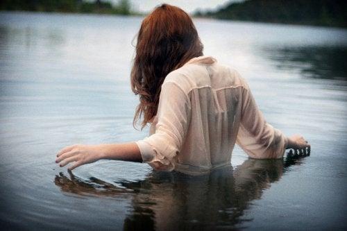 Mulher passando seu atual momento na água
