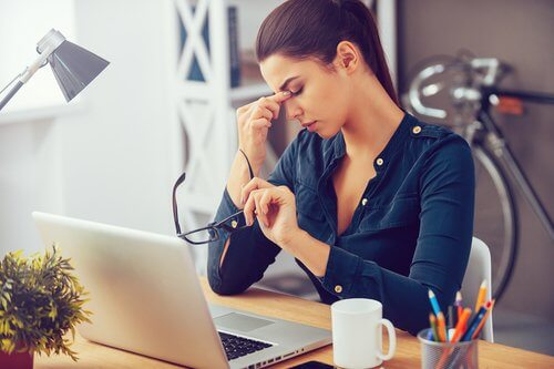 Mulher que não consegue reduzir os efeitos do estresse