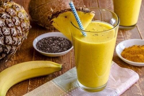 Deliciosa vitamina de banana e cúrcuma para depurar o fígado