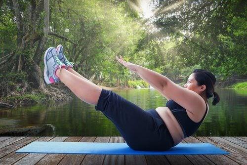 Mulher fazendo exercício para evitar acidente cerebrovascular