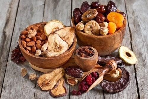 Frutos secos em recipientes