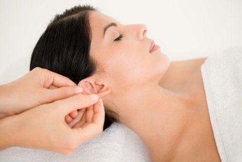 Massagem na orelha