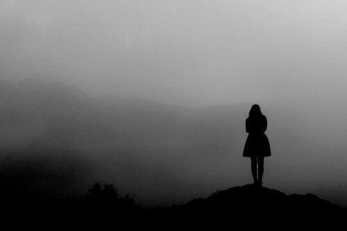 Mulher passando seu atual momento na névoa
