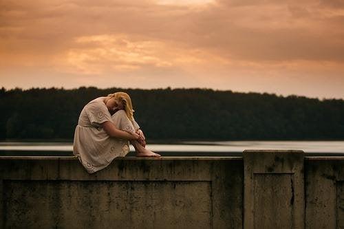 Mulher triste e em silêncio