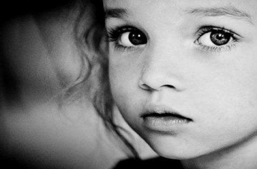 Criança triste por causa de pais tóxicos